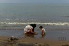Enjoy the beach. Saya suka scene ini. Sebelumnya si balita asyik bermain pasir sendiri, lalu menangis karena kehilangan kakaknya yang sedang berenang agak jauh. Kakaknya kembali dan mereka bermain berdua.
