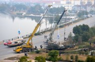 I thought this was pretty amazing how the crane operators were synchronized in lifting the boat out of the water.
