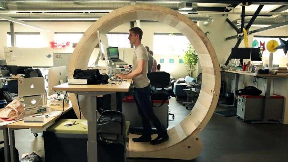 4 astuces pour se fabriquer un bureau debout a moindre cout