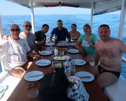 Stingray Divers - Tauchreise Apo Reef, Mittagessen am Tauchboot