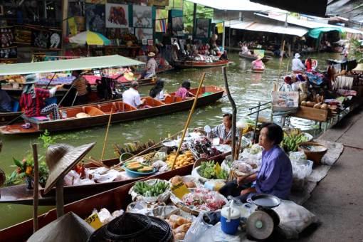 Damnoen Saduak floatin market. Floating markets Amphawa vs Damnoen Saduak