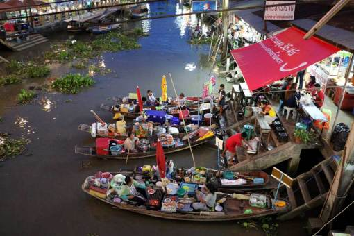 People cooking on boats and selling cooked food, Amphawa market