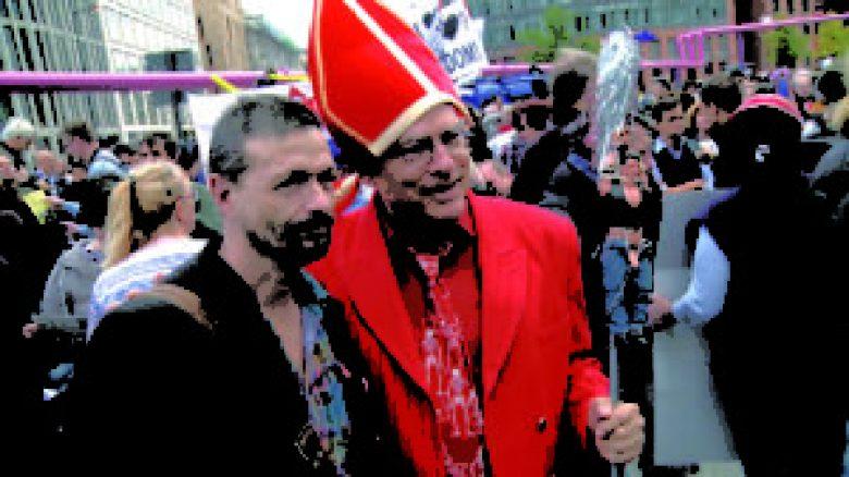 Ralf Koenig und Rosa von Praunheim auf Papst Demo ...