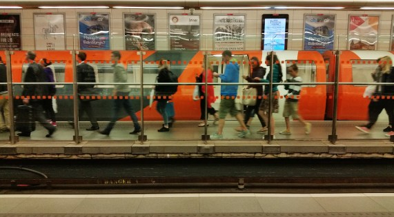 glasgow-subway-cell-phone-2016-08-19-19-36-28
