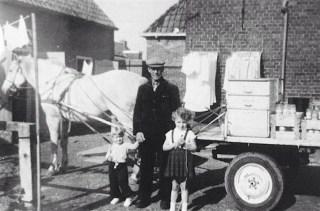 Sieger Zijlstra met de kinderen van Yde Zijlstra, Tsjikke en Geertje. Het was de laatste keer dat hij met de supen-brijkarre reed en dat het paard Kees dienst deed. 1957.