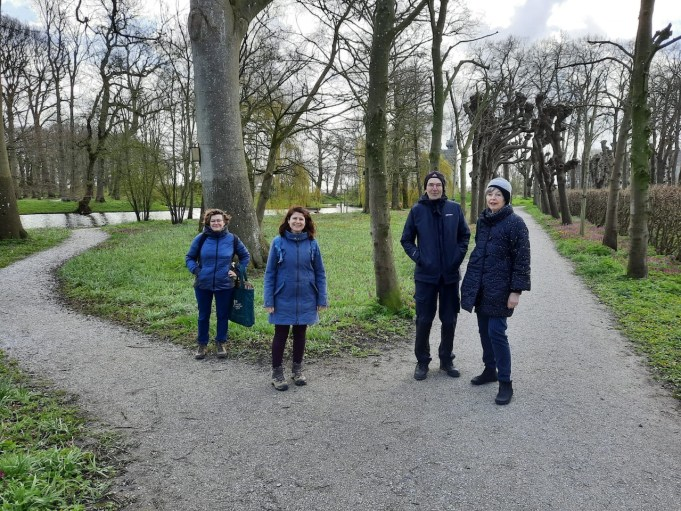 v.l.n.r. Prof. dr. Tind evan Andel en dr. Anastasia Stefanaki (WUR) en Willem en Trudy van Riemsdijk (Stinze Stiens).