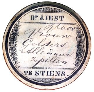 Apotheek Doktershûs Stiens, Pillendoosje dokter Jeen Iest, ca. 1863-1886