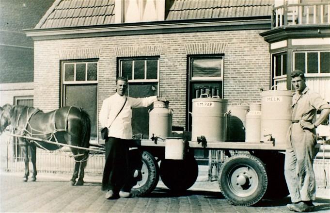 l. Vader Sieger Zijlstra (1886-1970), r. zoon Yde Zijlstra bij de superbrij-karre. De karnemelkspap en melk werd 's morgens opgehaald bij de Zuivelfabriek in Stiens. Ca. 1950.