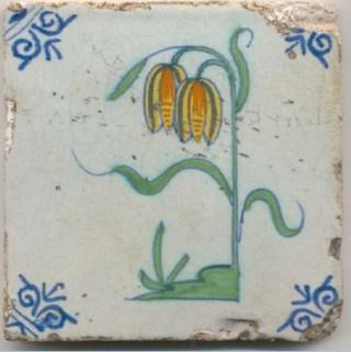 Tegel met Kievitsbloem met twee bloemen bovenaan de stengel.