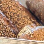 Hafermehlbauernbrot, Kaviar und Grußkarte