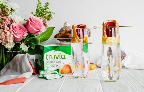 Winter Citrus Sparkling Brunch Cocktail for Two with Truvia // stirandstrain.com