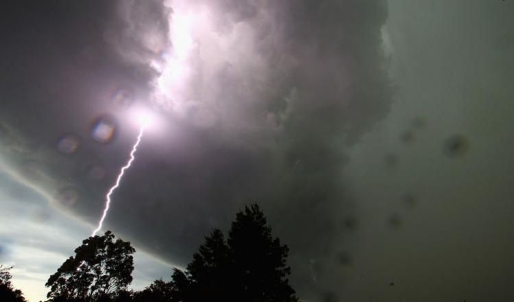 Vreme urâtă, cu ploi, descărcări electrice, vijelii şi grindină, în toată ţara – aceasta este prognoza meteorologilor valabilă pentru toată ţara, în următoarele ore.