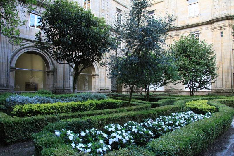 Cloître verdoyant à l'intérieur de l'hôtel de Santiago de Compostela