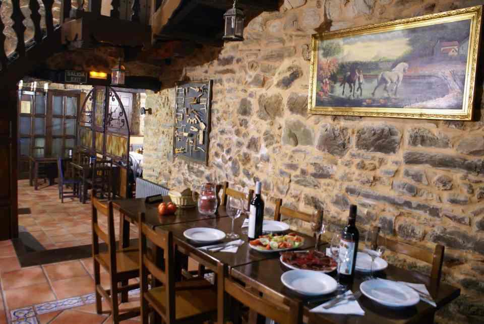 Une architecture toute en pierre et bois à l'hébergement de Rabanal del Camino