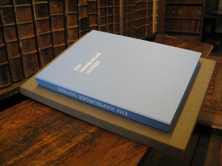 A blue box with 'Ein Hamburger Ulysses' written in silver