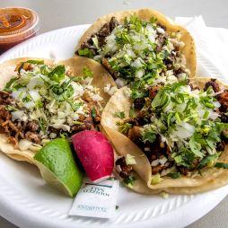 001_Tacos_de_carnitas,_carne_asada_y_al_pastor