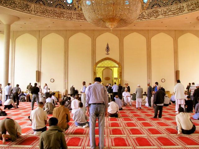Photo Credit: https://upload.wikimedia.org/wikipedia/commons/d/d9/Inside_london_central_mosque.jpg