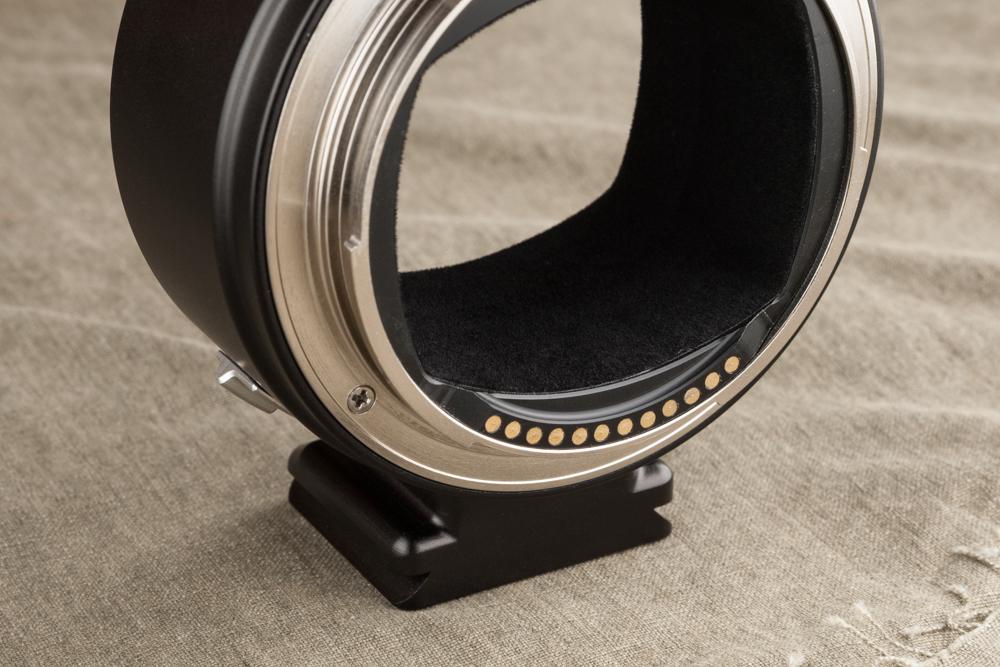 電子接点を搭載し、コンタックス645レンズのAF動作と絞り制御が可能だ。内面反射防止の起毛素材が貼り付けられ、三脚座も装備している。