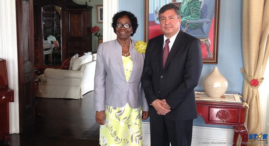 Ambassador Luis Manuel López Moreno presents his credentials to H.E. Dame Pearlette Louisy, Governor General  of St Lucia.