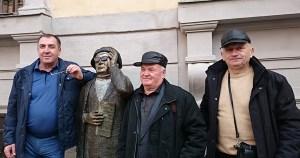 Человек в очках памятник в Старом городе Стокгольма