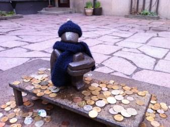 монетки у железного мальчика, самая маленькая скульптура в Стокгольме и Швеции