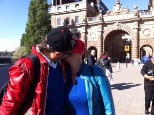 романтическое фото целующихся туристов в Стокгольме