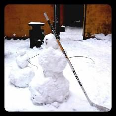 Снеговики во дворе Финской церкви в Стокгольме