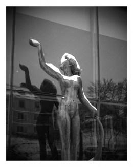 заснеженная скульптура в Стокгольме