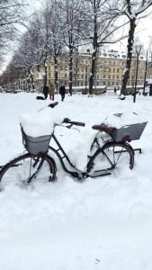 велосипед засыпанный снегом в стокгольме