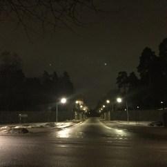 Vägen in till Skogskyrkogården är upplyst ända fram till tio sen blir det mörkt