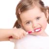 djevojcica pere zube