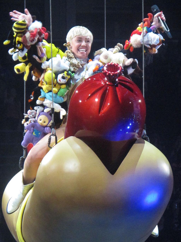 Miley_Cyrus-Bangerz_Tour_2