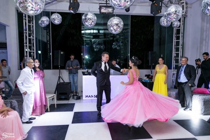Pai dançando com a filha em sua festa de 15 anos