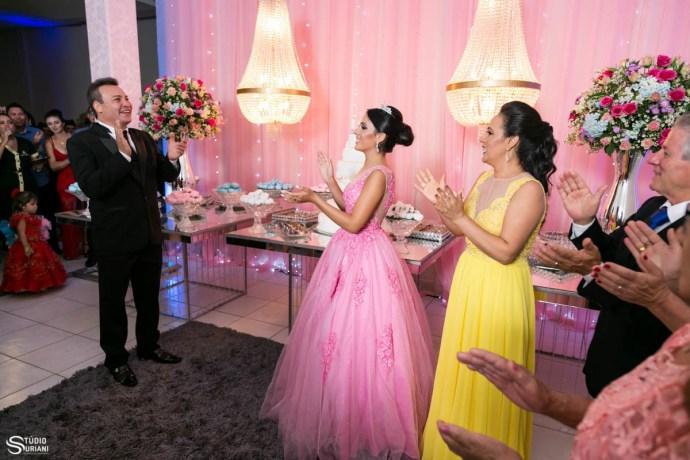lindas mesas com decoração rosa para debutantes de Uberlândia
