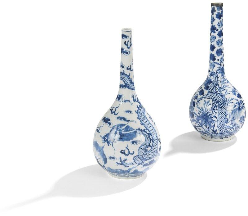 Ensemble comprenant deux vases bouteille en porcelaine bleu blanc, Chine pour le Vietnam, XIXe siècle