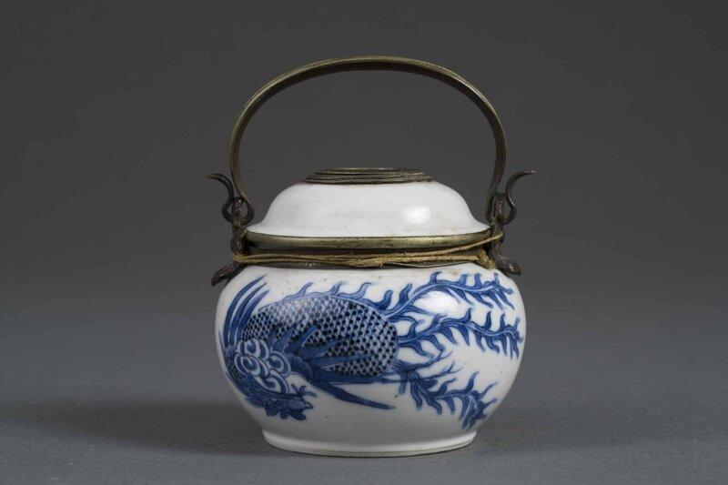 Réservoir de pipe à eau en porcelaine dite 'Bleu de Huê', Chine pour le Vietnam, Dynastie Nguyên, Epoque XIXe siècle