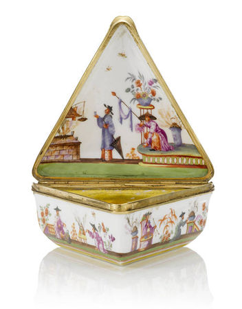 A_gold_mounted_triangular_snuff_box__19th_century1