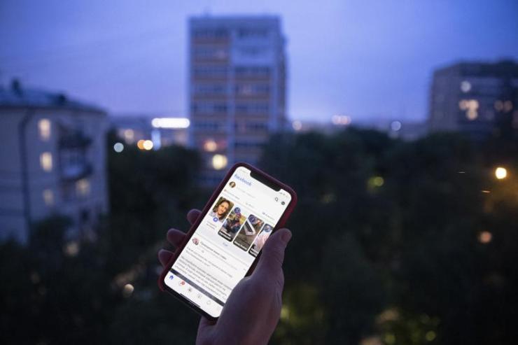 Un usuario sostiene un teléfono inteligente con una página de Facebook abierta en Moscú, Rusia, el jueves 10 de junio de 2021. Las autoridades rusas ordenaron a Facebook y a la aplicación de mensajería Telegram que paguen fuertes multas por no eliminar el contenido prohibido.  La medida podría ser parte de los crecientes esfuerzos rusos para reforzar el control sobre las plataformas de redes sociales.  Un tribunal de Moscú multó a Facebook con un total de 17 millones de rublos (aproximadamente $ 236,000) y Telegram con 10 millones de rublos ($ 139,000).  (Foto AP / Pavel Golovkin)