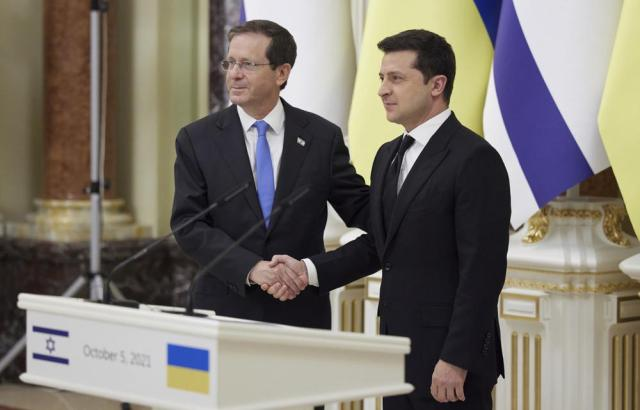 Ukrainian President Volodymyr Zelenskyy, right, shakes hands with Israeli President Isaac Herzog during a joint press conference in Kyiv, Ukraine, Tuesday, Oct. 5, 2021. (Ukrainian Presidential Press Office via AP)