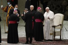 Pope Francis goes back to not wearing a facemask; criticism grows