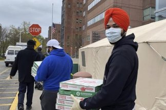 Shalinder Singh shows his appreciation for the work done by first responders by delivering them pizza — on-the-go-easy eating