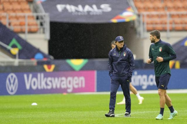 Italy's manager Roberto Mancini, left, and Italy's Domenico Berardi attend a training session ahead of Wednesday's UEFA Nations League semifinal soccer match between Italy and Spain, at the Milan San Siro stadium, Italy, Tuesday, Oct. 5, 2021. (AP Photo/Antonio Calanni)