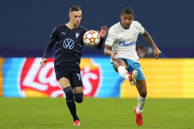 Malmo's Veljko Birmancevic, left, challenges for the ball with Zenit's Wilmar Barrios during the Champions League, group H, soccer match, between Zenit St. Petersburg and Malmo at the Gazprom Arena in St.Petersburg, Russia, Wednesday, Sept. 29, 2021. (AP Photo/Dmitry Lovetsky)