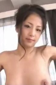 Japanese babe rubs muff