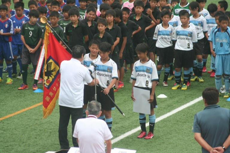 表彰を受けるフロンターレU-12の選手たち