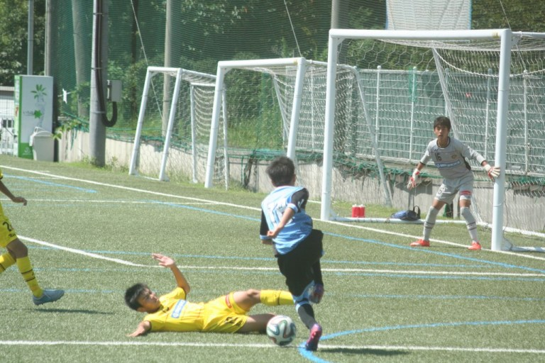 柴崎選手が仕掛けてゴールに迫る
