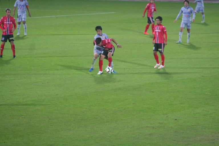 田中パウロ淳一選手に激しくプレッシャーをかけるのは風間宏希選手