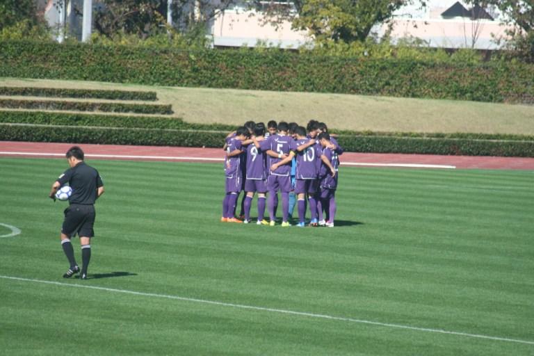 試合を前に円陣を組む明治大学U-22の選手たち