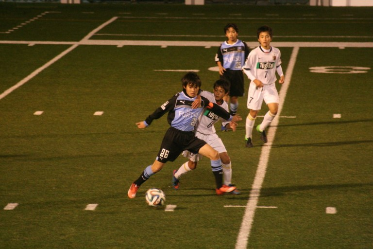 相手を背負いながらボールを運んでいく小澤選手