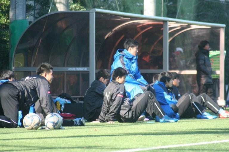 試合の行方を見守るベンチの選手たち